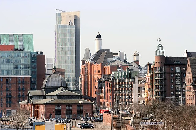 2499 Architektur Fischmarkt + Grosse Elbstrasse; historische Altbauten, moderne Neubauten - umgebaute Speicher und Hochhaus.