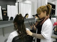 En la fotografía se puede observar a dos alumnas del PCPI haciendo prácticas de peluquería.