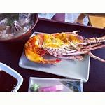항구에 있는 생선 직판장 같은 곳... 수산시장 분위기~ 바닷가재?! 로 늦은 점심.. 완전 맛있는데.. 가격이 2600엔~ ㅎㄷㄷ~! #okinawa #japan #zelkovian #photodang