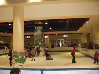 101223 Ice skating, bowling come to Algiers 06 | التزحلق على الجليد والبولينغ تقتحم عالم الترفيه بالجزائر | Le patinage et le bowling arrivent à Alger