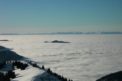 Île sur mer de nuages