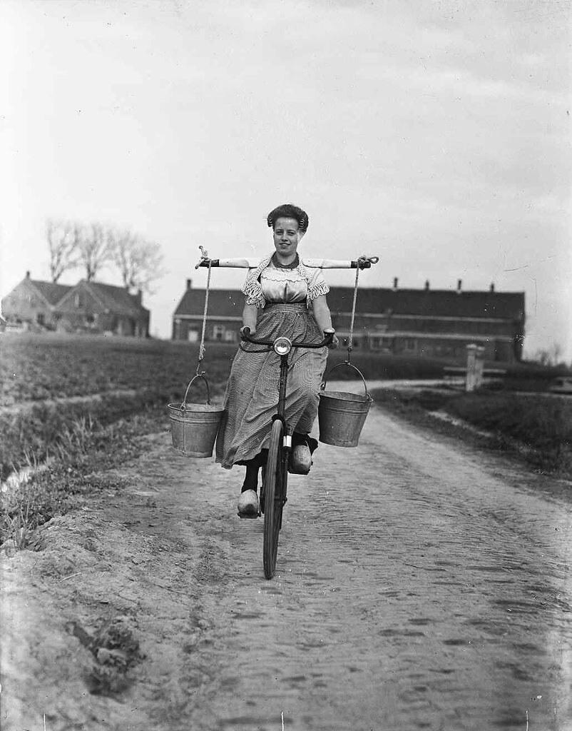 Девушка с вёдрами для молока на велосипеде. Валхерен, провинция Зеландия, Нидерланды, 1946. Фотограф Бен ван Меерендонк