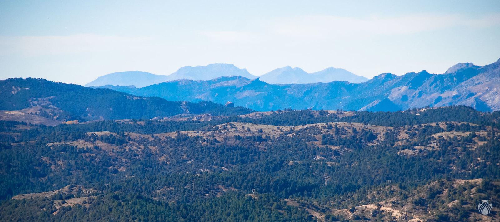 Sierra Mágina al fondo con dos peñas en primer plano: Peñamujo y Peña Corba
