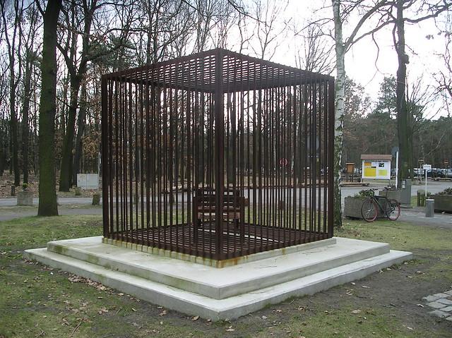 2002 Berlin Mahnmal gegen Kindesmißbrauch von Johannes Heibel Eisen Eichgestell am FEZ An der Wuhlheide in 12459 Treptow
