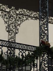 木, 2010-12-02 13:51 - 飾り用鉄細工 Decorated Ironwork Balconie and Gallery French Quarter, New Orleans