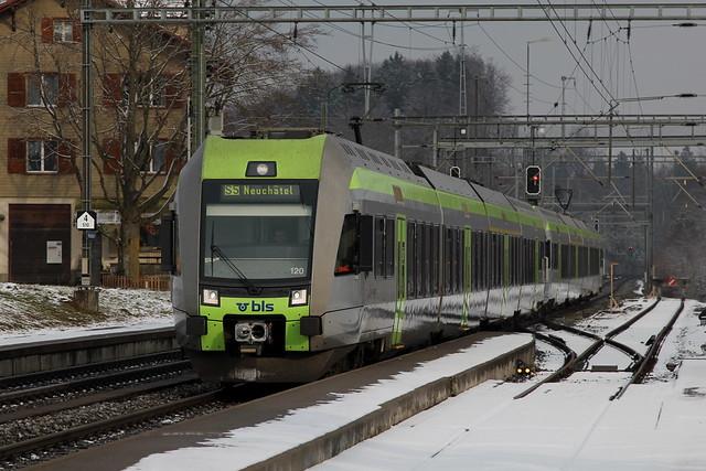 S5 mit BLS Lötschberger 119 in Rosshäusern im Kanton Bern in der Schweiz