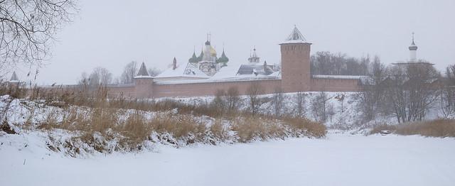 Monastère du Sauveur-Saint-Euthyme sous la neige à Souzdal, anneau d'or, Russie © Bernard Grua 2010
