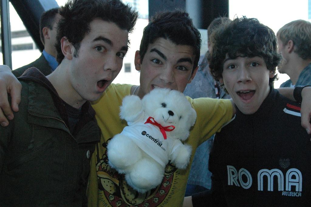 Jonas Brothers love the Bear 2006
