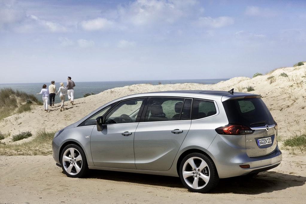 2012-Opel-Zafira-Tourer-17
