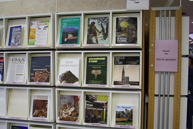 Bibliothèque universitaire à Arras: revues, signalétique