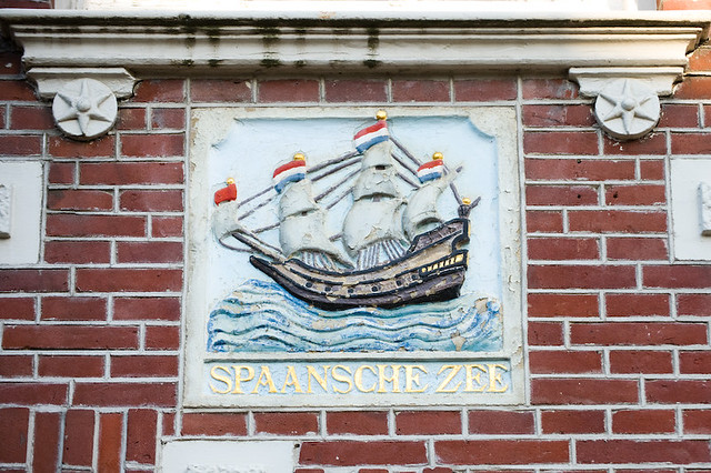 Gevelsteen 'de Spaanse Zee' van het huis Oudegracht 80, voorstellende een  handelsschip onder vol zeil. Foto: Anna van Kooij.