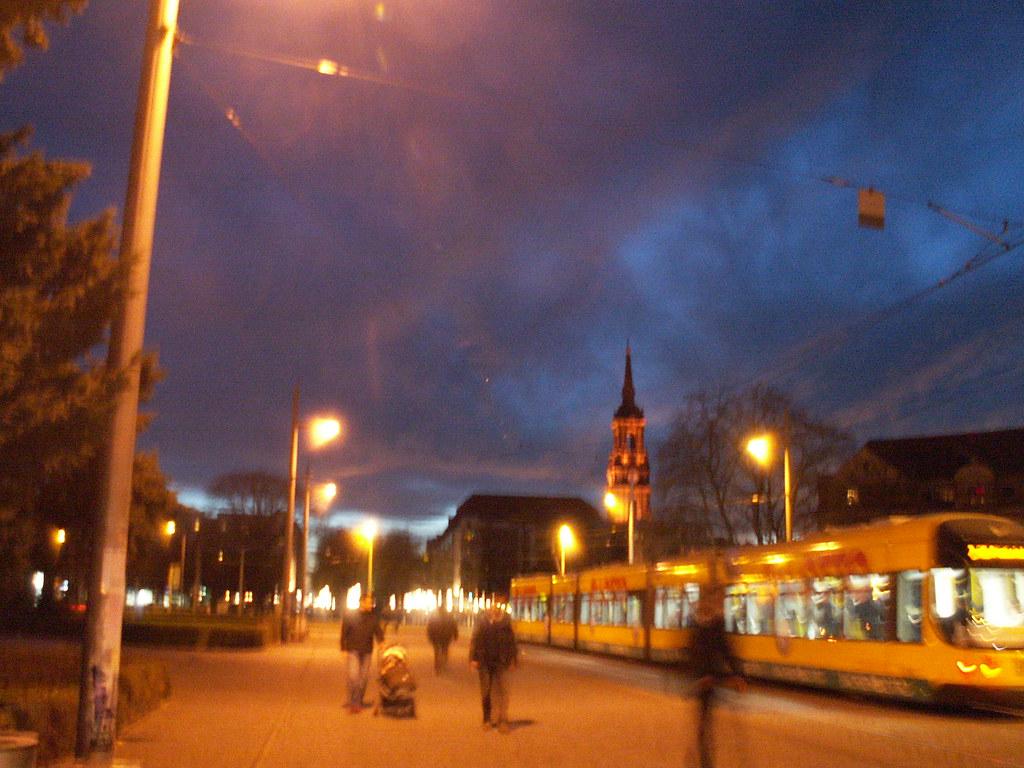 Dresden bei Nacht mit dem Mond verbunden ist auch die Ruinenromantik des Schlosses mit den Ansichten auf die Stadt, die schimmernde Elbe und die matten Elbwiesen, romantisch war es, was ich berichte hier, das hätte sich in Berlin nicht zugetragen 001