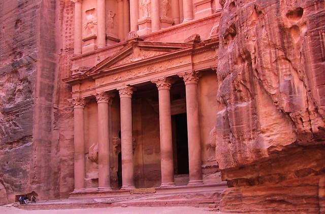 JORDANIEN - PETRA , Eingang zum Schatzhaus am Abend , menschenleer  1244
