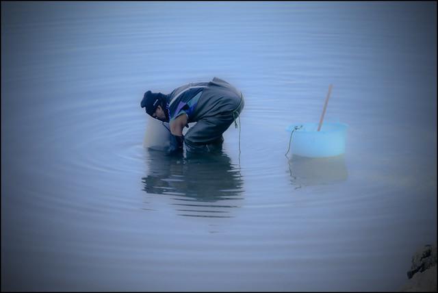 Pesca dei frutti di mare dal fondo marino con lo
