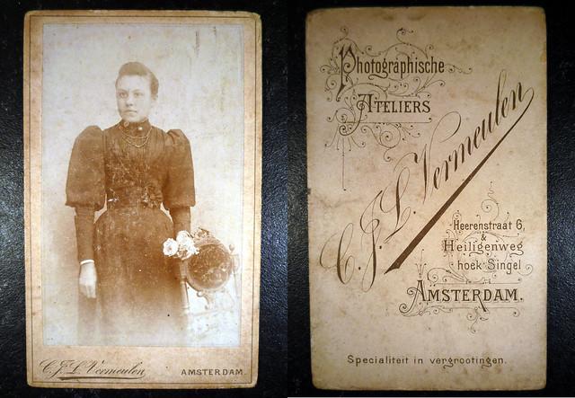 Fam. Rusch (Eringaard) Vrouw in jurk met pofmouw met bloem in de hand bij stoel (vermoedelijk: Wilhelmina Catharina Stenten, geb. Kleef 01-06-1876)