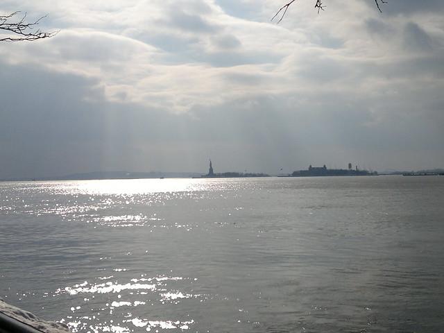 New York City dem Traum entrissen der weite Strom liegt stumm und fahl, am Ufer fließt ein schwankend Licht, die Weiden stehen starr und kahl, ich aber sehe dein Gesicht und knirschend stößt der Kahn ans Land in den USA 2147483647