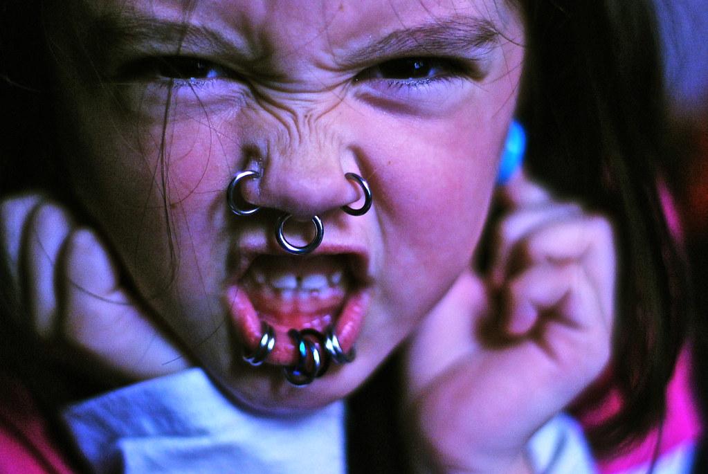 petite fille avec des anneaux sur le visage