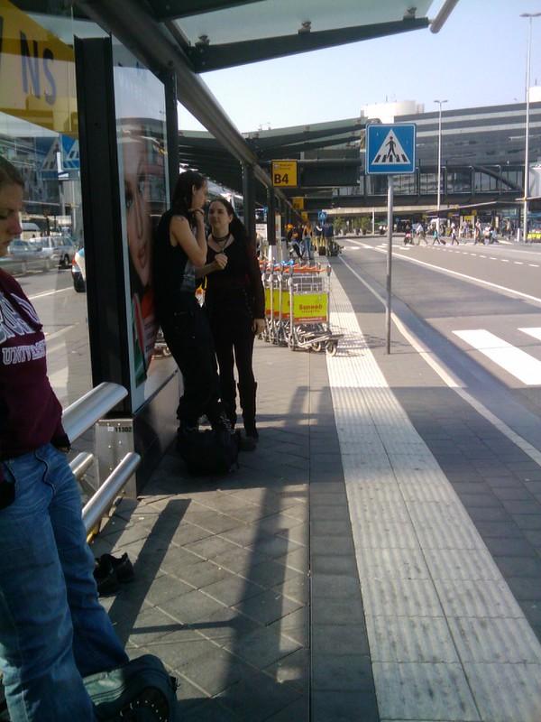 Wachten op de bus naar Alphen aan den Rijn - Schiphol