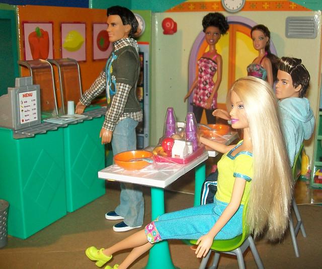 Cafeteria c/o Dora Explorer Girls