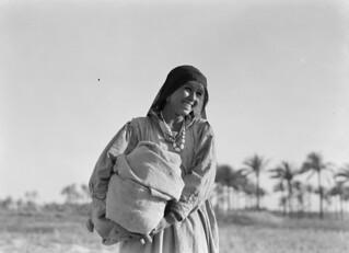 Vrouw met hoofddoek / Woman with headscarf