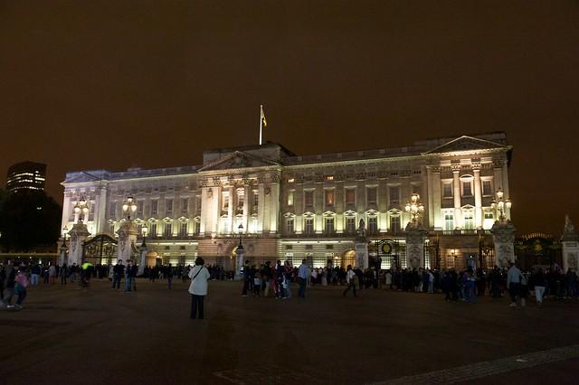 Buckhinham Palace at night