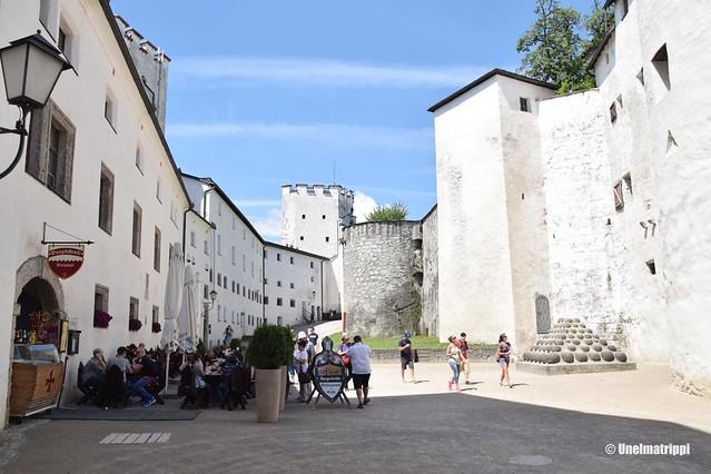Hohensalzburgin linnoituksen sisäpihaa