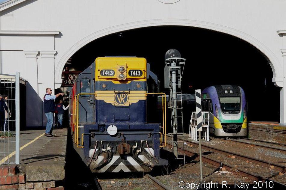 T-413 & V'Locity 2VL-10 at Ballarat by Robert Kay