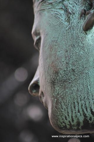 Berlin Statue - www.inspirationalpics.com