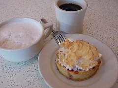土, 2010-12-04 12:44 - New Orleans Cake Cafe & Bakery チェリーのショートブレッドとカフェオレ、コーヒー