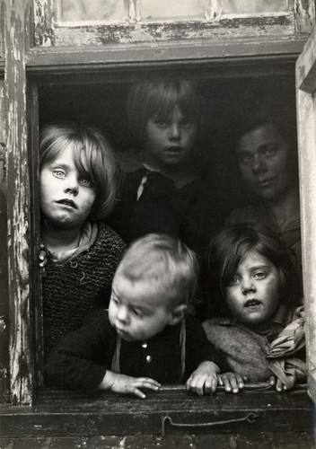 Arme kinderen voor een raam / Poor children looking through a window | by Nationaal Archief