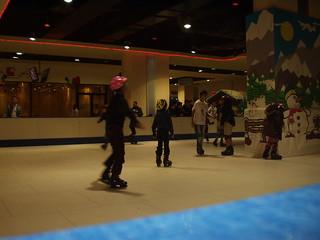 101223 Ice skating, bowling come to Algiers 05 | التزحلق على الجليد والبولينغ تقتحم عالم الترفيه بالجزائر | Le patinage et le bowling arrivent à Alger