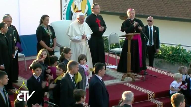 Papa-in-Georgia-incontro-operatori-carita-le-persone-povere-sono-la-carne-di-Cristo_articleimage