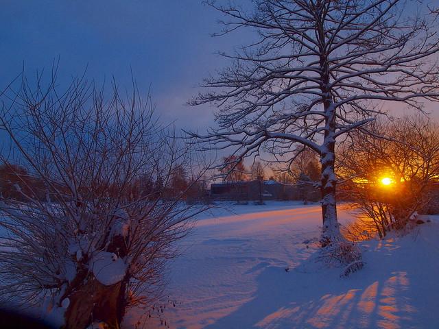 schnee bedeckter weiher
