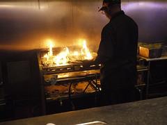 土, 2010-12-04 20:01 - Drago's Seafood Restaurant 牡蠣を焼いている炎