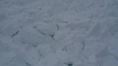 Takhle vypadá sníh v deskové lavině.