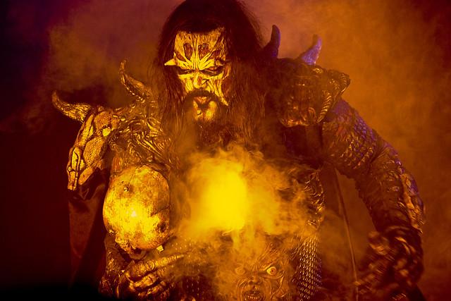 Lordi mira con cara de pocos amigos