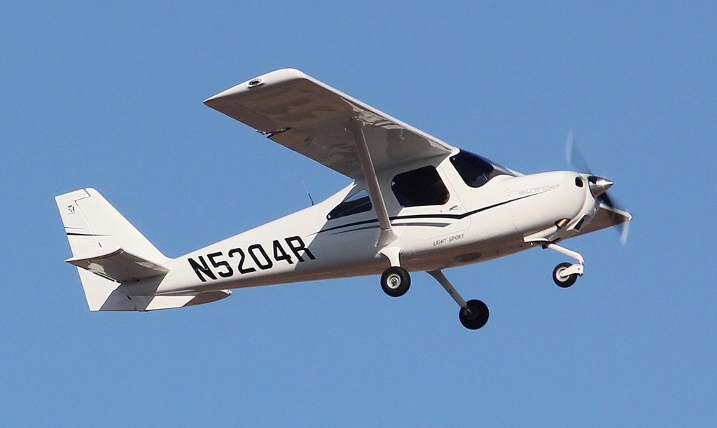 Cessna 162 Skycatcher N5204R | Climbing out  This airplane l