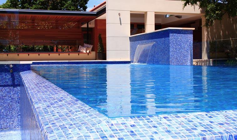 Wet edge swimming pool | Fully tiled swimming pool. | Flickr