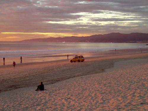 Der Strand von Los Angeles der einzig auf Erden gelungenen Realisierung der tiefsten Ruhe im  Inferno der Geschäfte zuckt die Nacht in den USA zu den stillen Sternen 2147483606