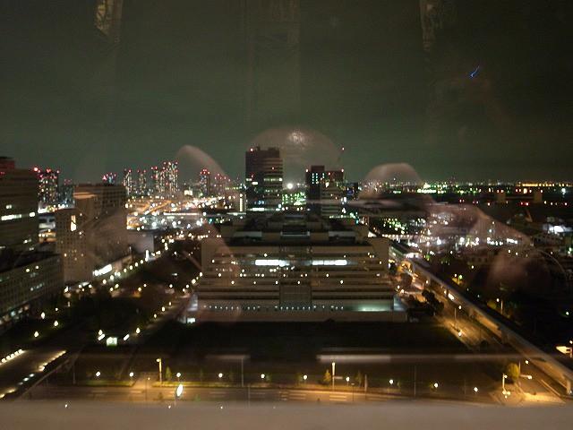 <p>24階レストランから見た夜景。節電のため照明が少ないけれど、それでもきれい!あっ、誰かのおでこが!撮影者がガラスに映りこんでいます。</p>