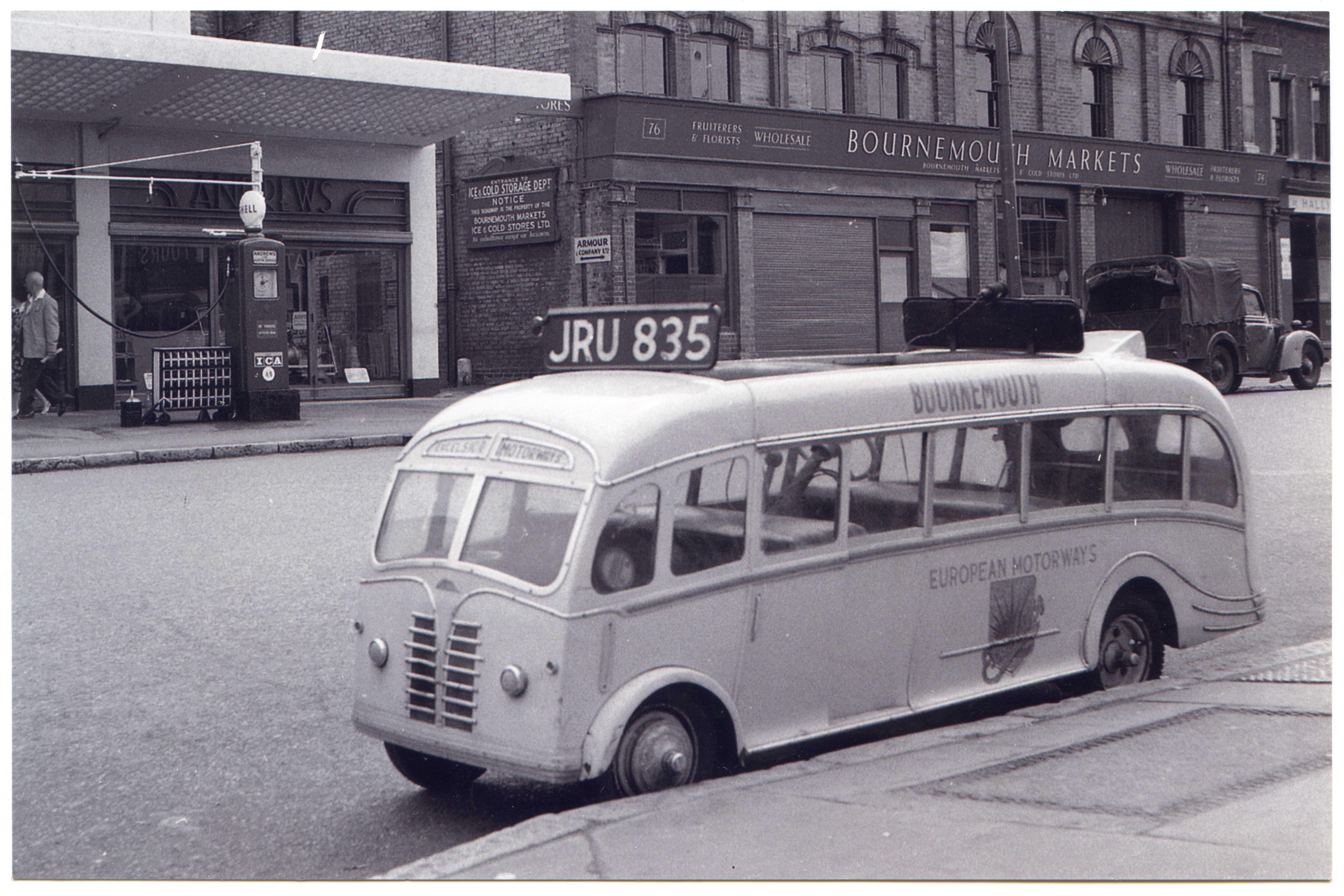Fluidr / Miniature Coach JRU835 outside the old Shamrock