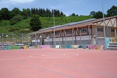 En la imagen se puede observar la cancha deportiva anexa al centro antes de que fuera cubierta.