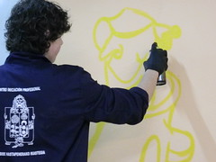 En la fotografía se puede ver a un alumno del PCPI realizando un graffiti