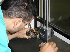En la imagen se muestra a un alumno del PCPI realizando una tarea de precisión en uno de los talleres del centro.