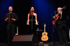 En la imagen se puede ver a tres miembros del grupo cantando  Fotografía cedida por el fotógrafo local Óscar Blanco Gutiérrez