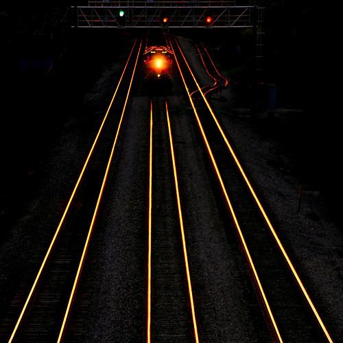 freighttrain unittrain sunset evening dusk glow glowing rails tracks converginglines diminishingperspective signals golden uprr unionpacificrailroad genevasubdivision wheatonillinois dupagecounty chicagoland spring may transportation tamron18270 nikond5100 reedited2018 photoshopbyfehlfarben thanksbinexo