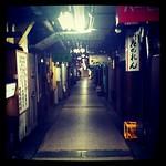 阪神元町駅の東西の改札口を結ぶ通路はスナックだらけ。帰り通る時にやたらおっさんが歌っとんなぁと思ってたけど、こういうことやったのね。ディープ