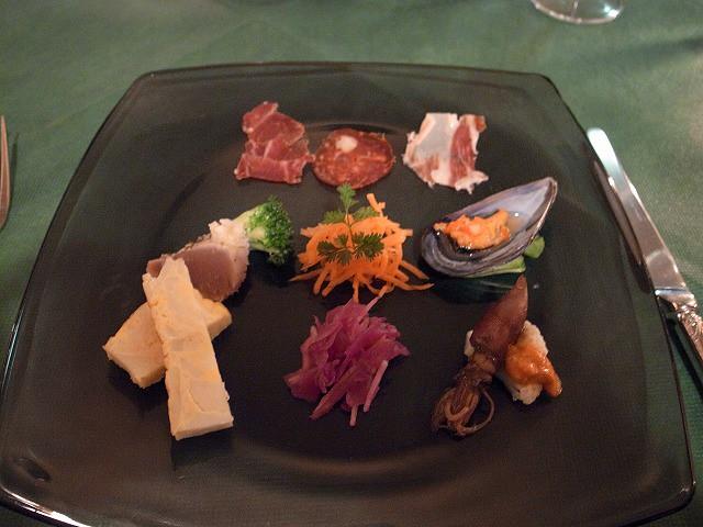 <p>d)イベリコ豚の部位によってお味が違うところが何とも美味。人参のオレンジ風味も好き!ホタルイカこの味付け、すごい。</p>