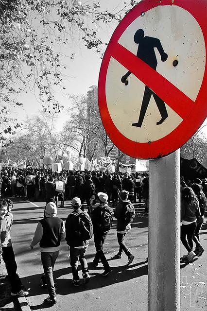 A ver jovencitos? Dice clarito: Prohibido Marchar
