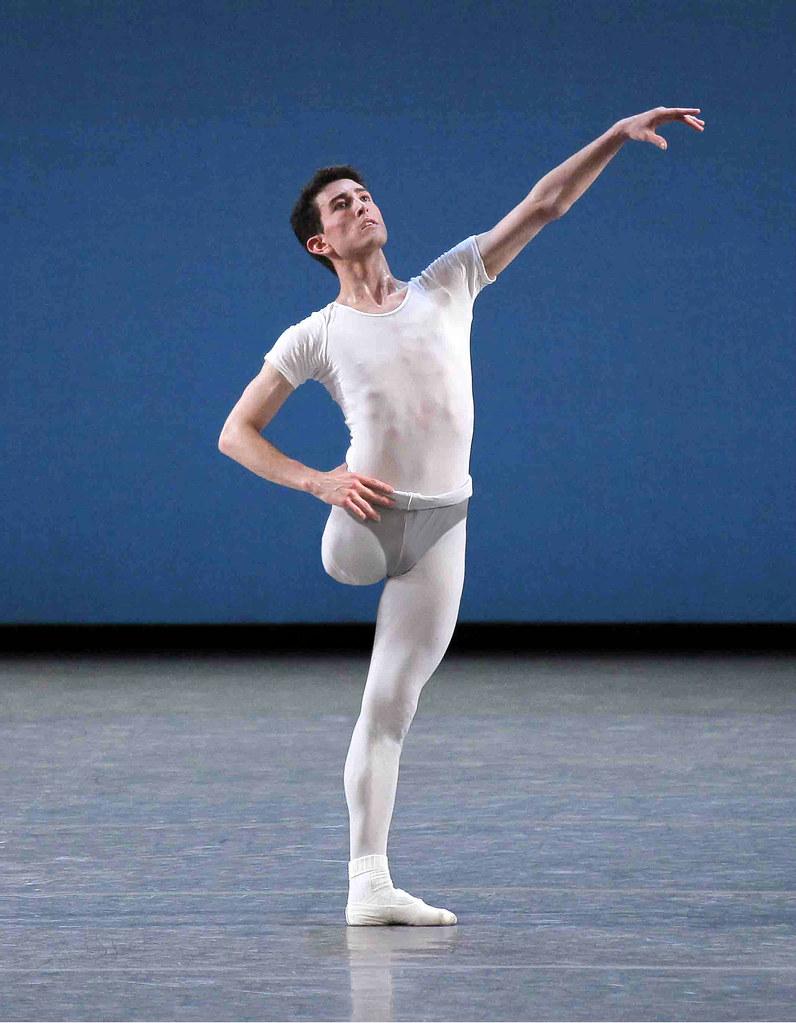 Балерин со вставшим хуем 4